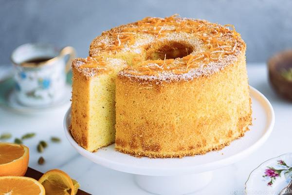 تکنیکهای طلایی شیرینی پزی، ایجاد سوراخ در سطح طلایی کیک