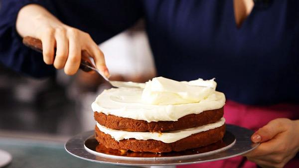 تکنیکهای طلایی شیرینی پزی، تزئین کیک
